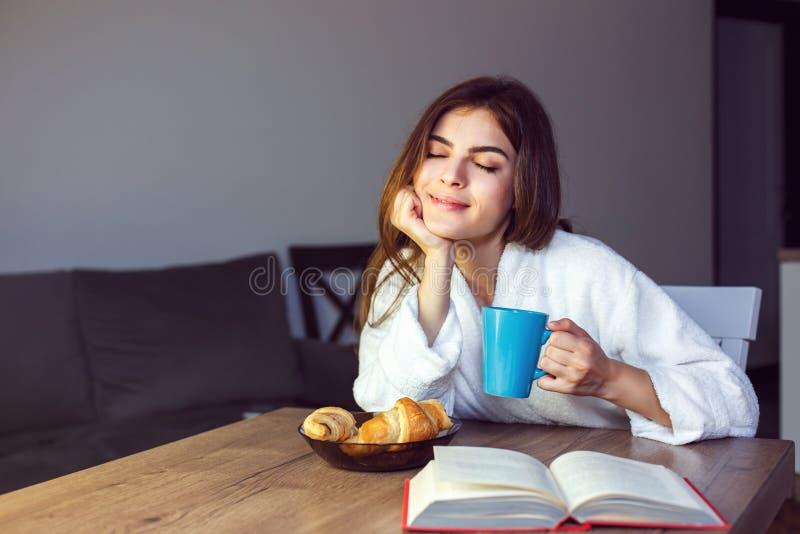 Het meisje geniet Koffie van Tijd royalty-vrije stock afbeelding