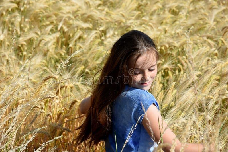 Het meisje geniet van aard royalty-vrije stock foto's