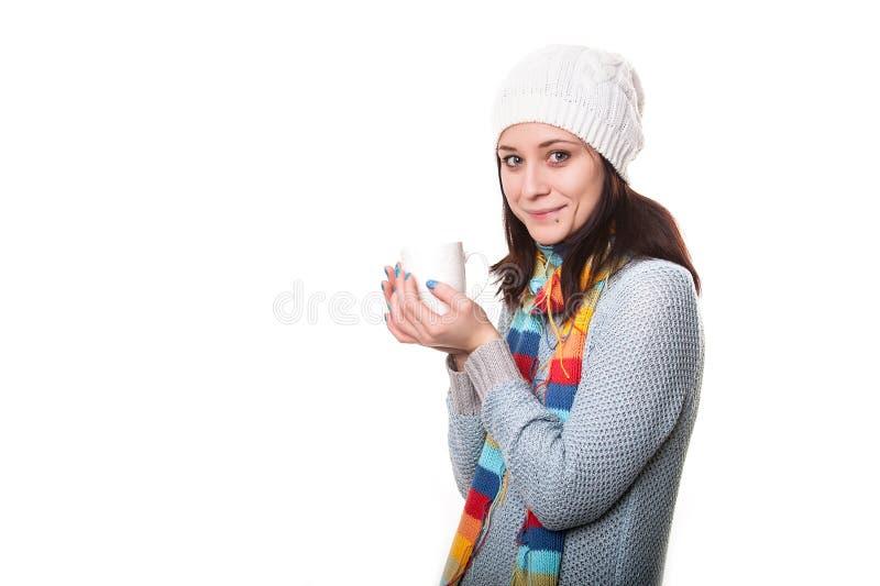 Het meisje geniet van haar kop thee op witte achtergrond royalty-vrije stock foto's