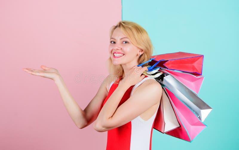Het meisje geniet van het winkelen of enkel gekregen verjaardagsgiften De greepbos van de vrouwen rode kleding het winkelen zakke royalty-vrije stock foto's