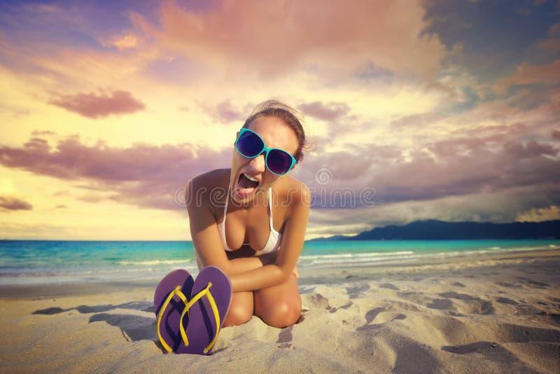 Het meisje gilt bij de camera tegen mooi tropisch strand royalty-vrije stock afbeeldingen