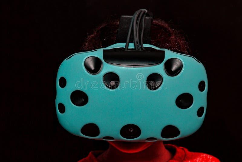 Het meisje in glazen van virtuele werkelijkheid royalty-vrije stock foto's