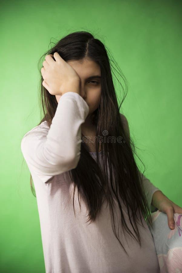 Het meisje in haar nachtjapon wil geïsoleerde chromasleutel slapen royalty-vrije stock foto's