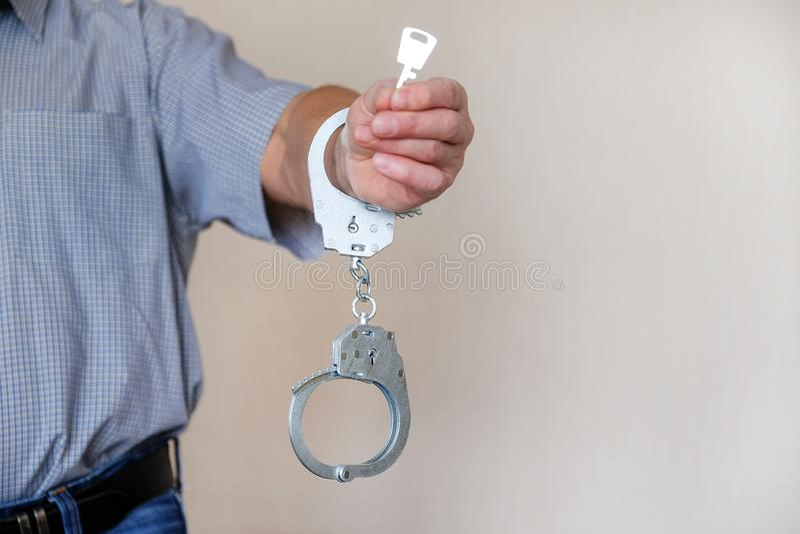 Het meisje in handcuffs bij het politiebureau Gearresteerd voor misdemeanors royalty-vrije stock fotografie