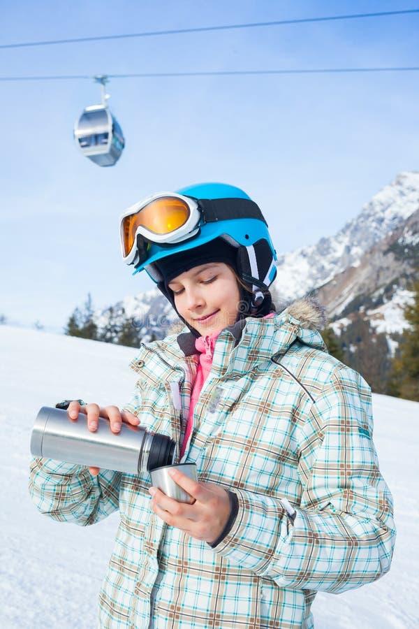 Het meisje heeft een pret op ski stock afbeelding