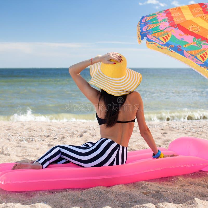 Het meisje heeft een rust bij het strand stock afbeelding