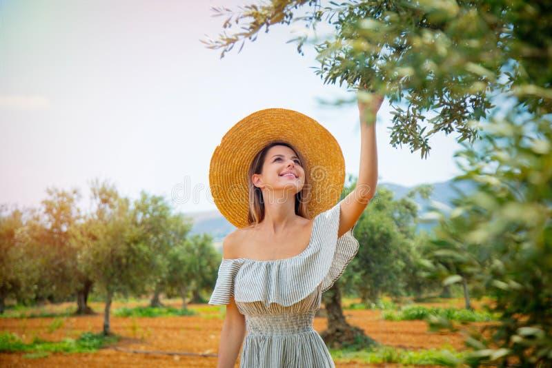 Het meisje heeft een rust in Griekse olijftuin royalty-vrije stock foto's