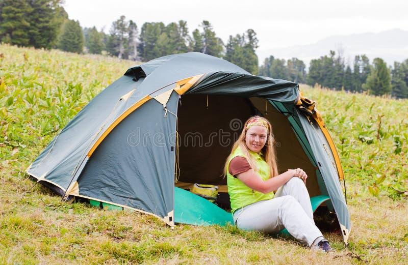 Het meisje heeft een rust in groene tent royalty-vrije stock afbeeldingen