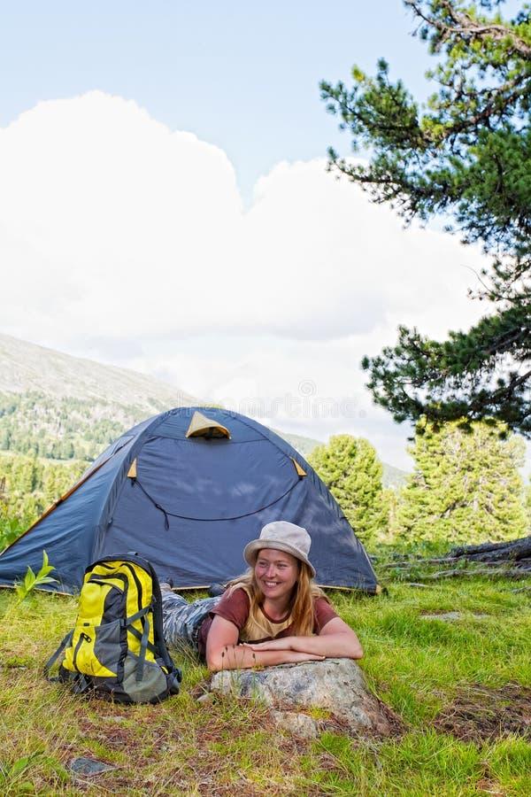 Het meisje heeft een rust in groene tent royalty-vrije stock fotografie