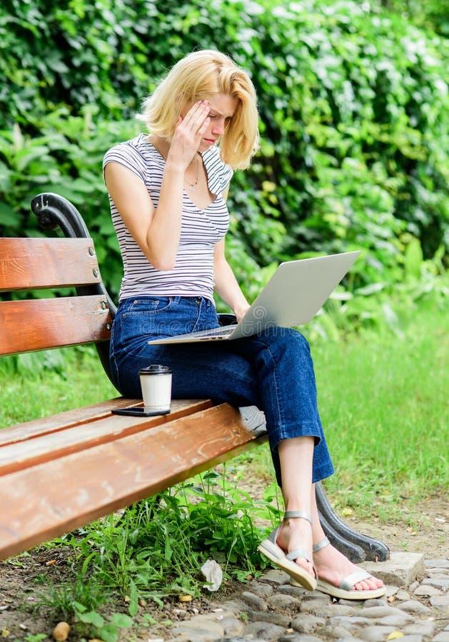 Het meisje heeft online zaken Webmededeling de zomer online Blogger leidt tot inhoud voor sociaal netwerk Meisje met laptop stock fotografie
