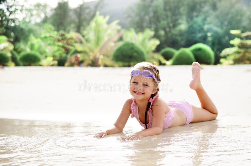 Het meisje heeft pret op het strand stock foto's