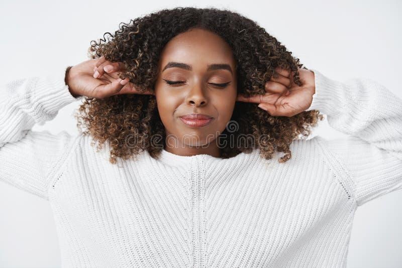Het meisje heeft stilte nodig voelend vrede in stil Sensuele gelukkige en ontspannen knappe vrouw die controle over emoties krijg stock foto