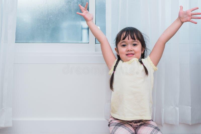 Het meisje heft handen met gelukkige gebaarstemming op Jonge geitjesspel en terug naar schoolconcept Onderwijs en Portretthema Me royalty-vrije stock afbeelding