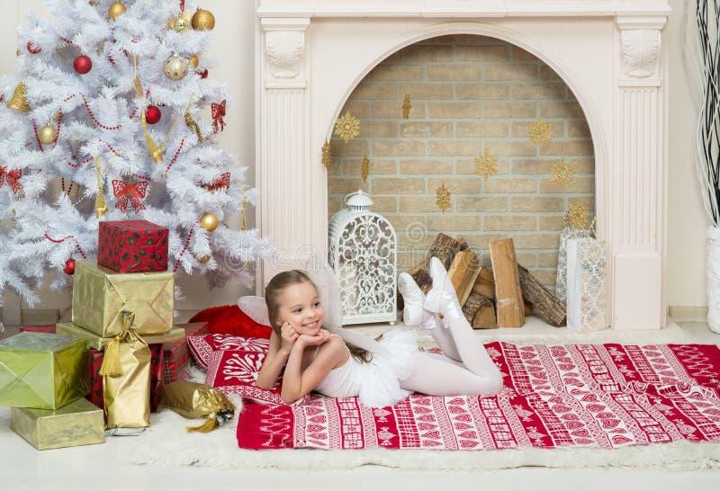 Het meisje in het kostuumkleding van feepixi stelt naast Chr stock fotografie
