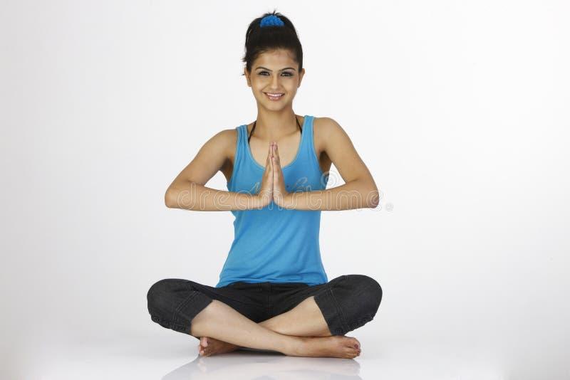Het meisje in het mediteren stelt stock fotografie
