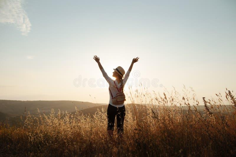 Het meisje hief haar handen aan de hemel op royalty-vrije stock foto