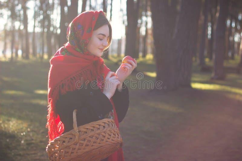 Het meisje houdt appel in hand royalty-vrije stock foto's