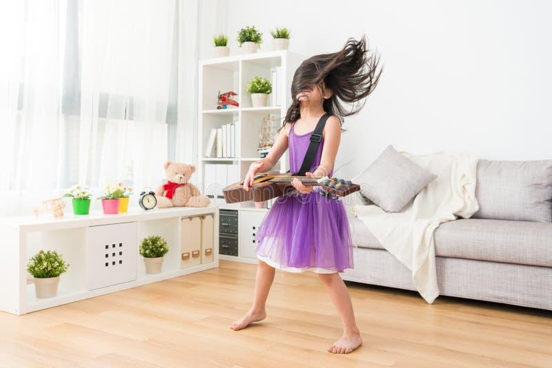 Het meisje houdt crazily van gitaar royalty-vrije stock foto