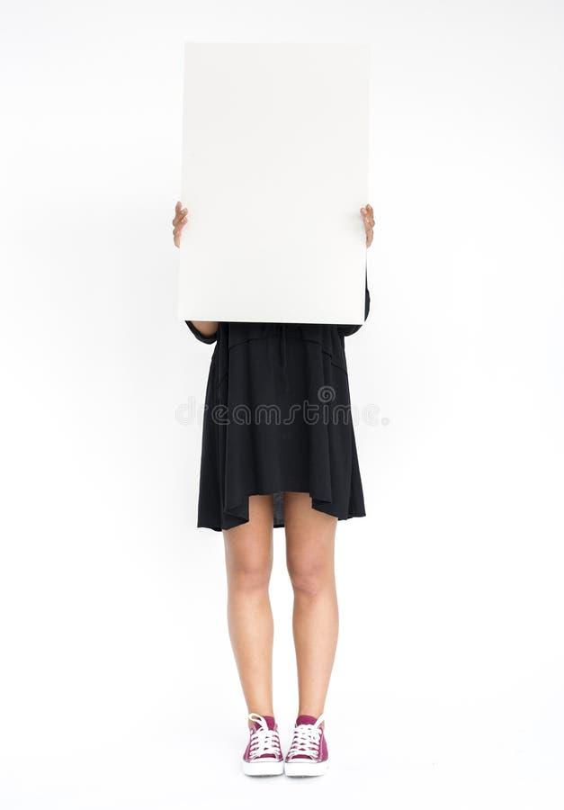 Het meisje houdt een aanplakbiljet over haar gezicht stock afbeelding