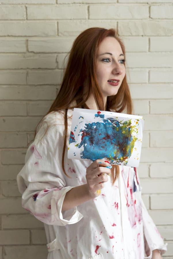 Het meisje houdt tekening met de vingers en de acrylverven wordt geschilderd die stock foto's