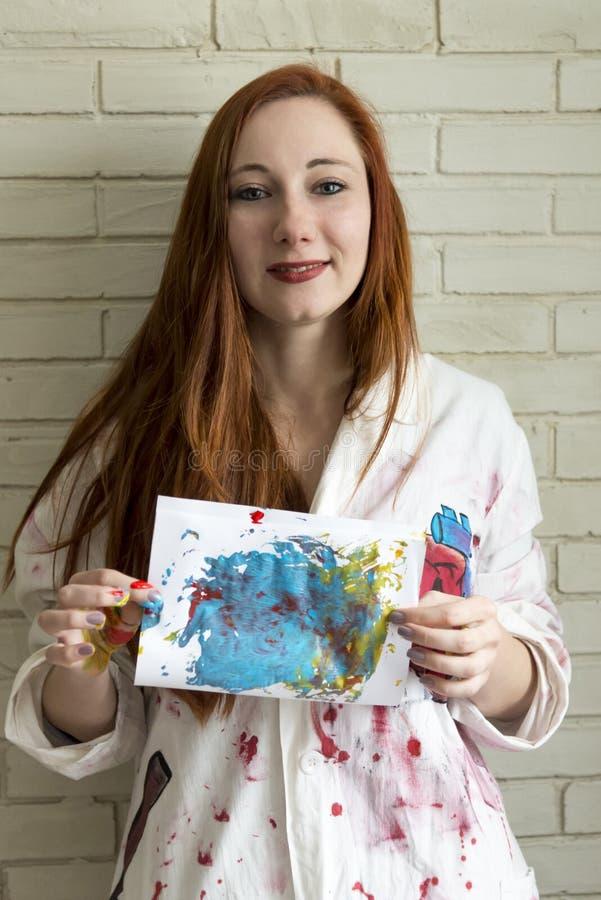 Het meisje houdt tekening met de vingers en de acrylverven wordt geschilderd die stock fotografie