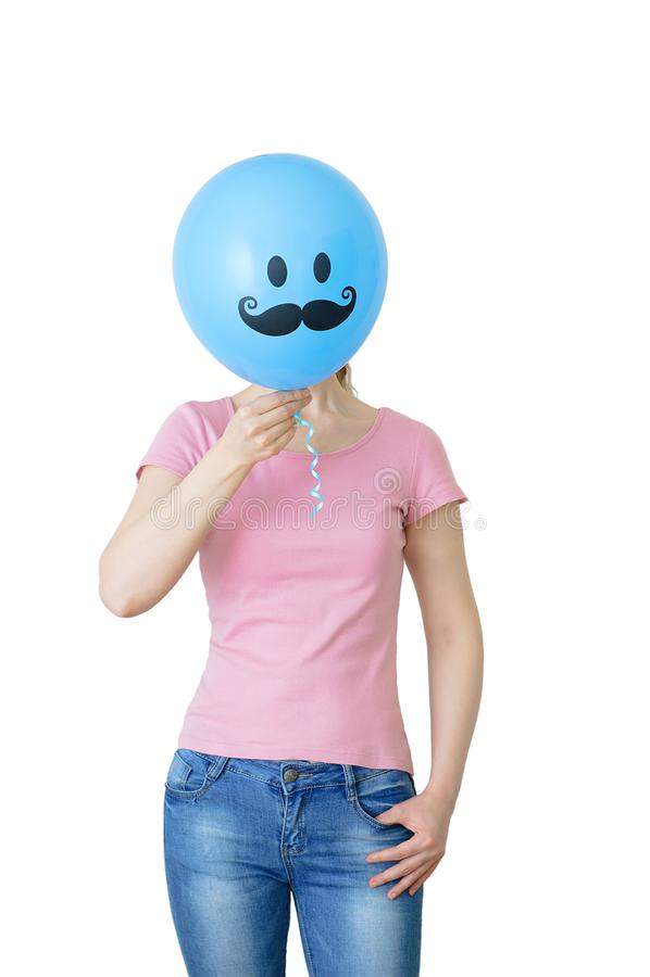 het meisje in jeans en een t-shirt houdt een ballon in haar handen die haar gezicht behandelt wit isoleer royalty-vrije stock fotografie