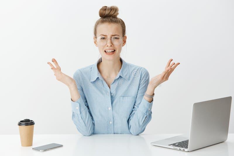 Het meisje kan druk en geen stapels van het werk behandelen De gedeprimeerde vrouw in of glazen die, die wanhopig voelen, kan nie royalty-vrije stock afbeeldingen