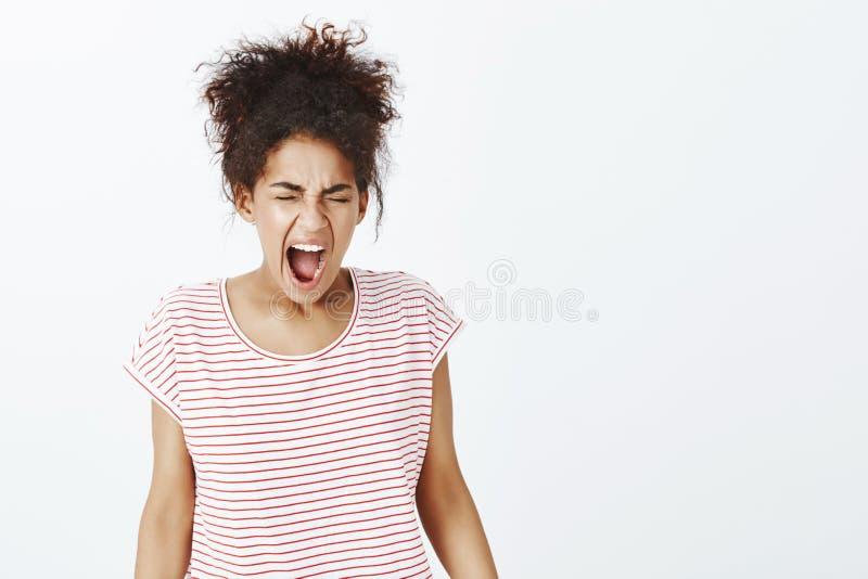 Het meisje kan zich geen druk meer bevinden Portret van boze ongelukkige donker-gevilde vrouw in gestreepte t-shirt, sluitende og royalty-vrije stock afbeelding
