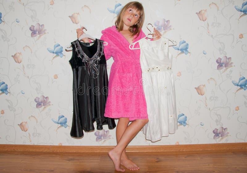 Het meisje kiest kleding royalty-vrije stock afbeeldingen