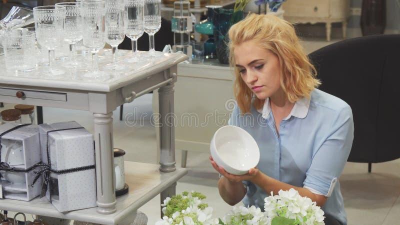Het meisje kiest platen voor haar huis royalty-vrije stock afbeelding