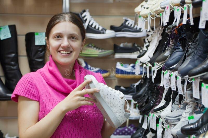 Het meisje kiest sportieve schoenen royalty-vrije stock afbeeldingen
