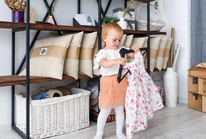 Het meisje kiest thuis een kleding royalty-vrije stock foto