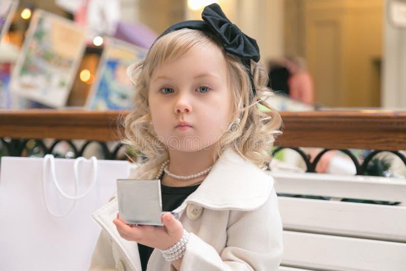 Het meisje kijkt in de spiegel royalty-vrije stock foto's