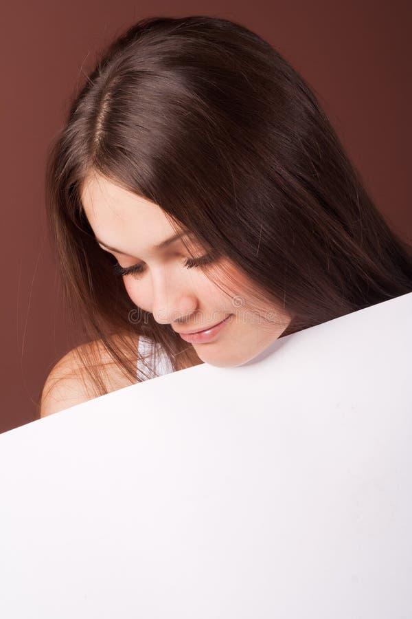 Het meisje kijkt neer stock foto