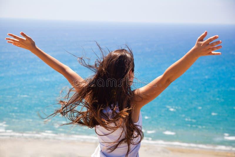 Het meisje kijkt op zee stock foto