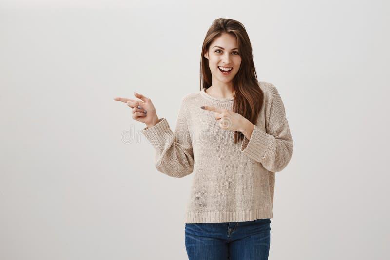 Het meisje is klaar aan behalve elk voorstel voor drank Portret van het charmeren Kaukasisch brunette met het opgewekte glimlach  stock foto's