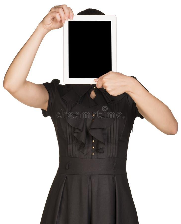 Het meisje in kleding behandelt haar gezicht met de tablet royalty-vrije stock foto's