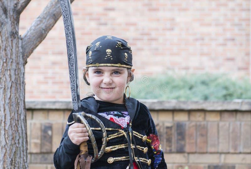 Het meisje kleedde zich als Piraat op Halloween stock foto