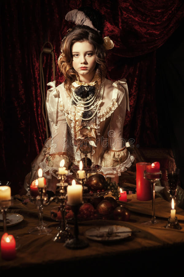 Het meisje kleedde zich in de stijl van Rococo's stock foto's