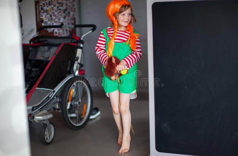 Het meisje kleedde zich omhoog als Pippi Longstocking stock foto's