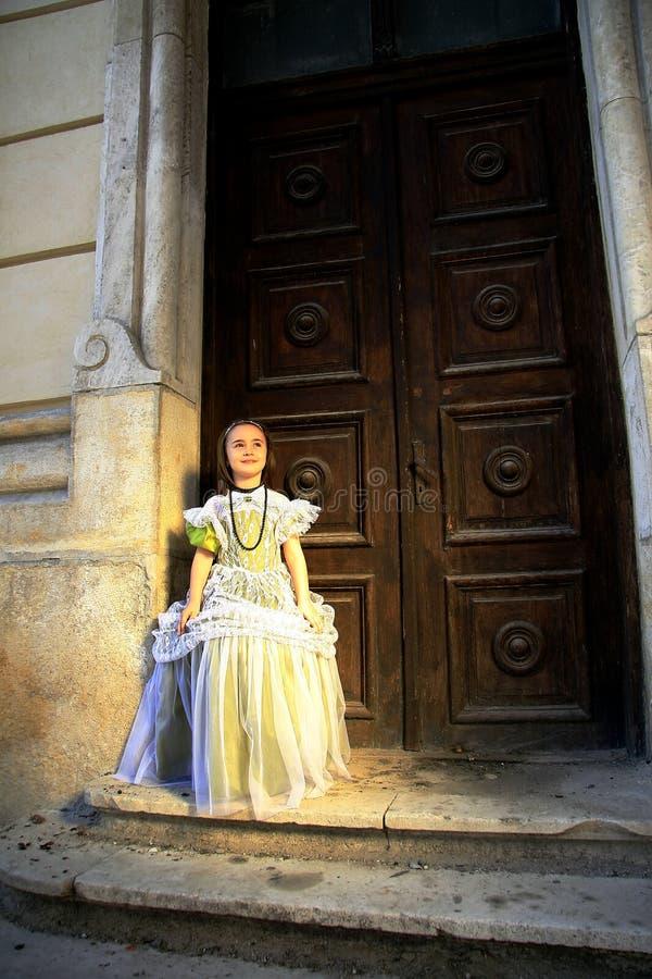 Het meisje kleedde zich in uitstekende kleding royalty-vrije stock fotografie