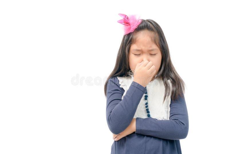 Het meisje knijpt neus met vingershanden met afschuw stock foto