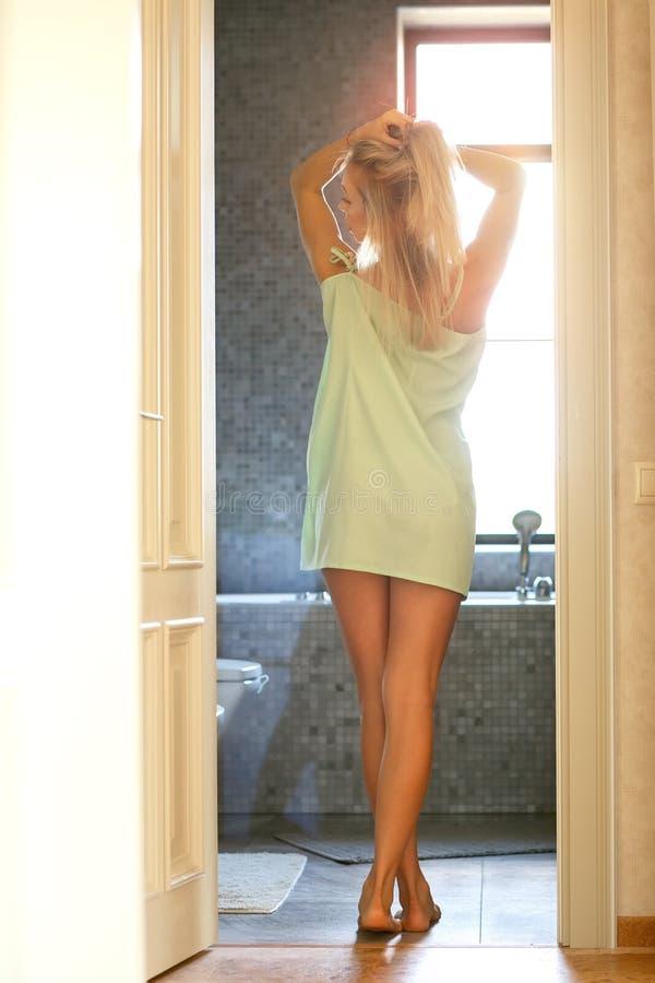 Het meisje komt in de badkamers royalty-vrije stock fotografie