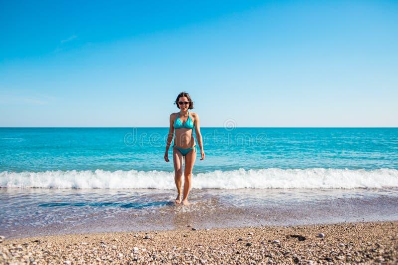 Het meisje komt uit het water royalty-vrije stock afbeelding