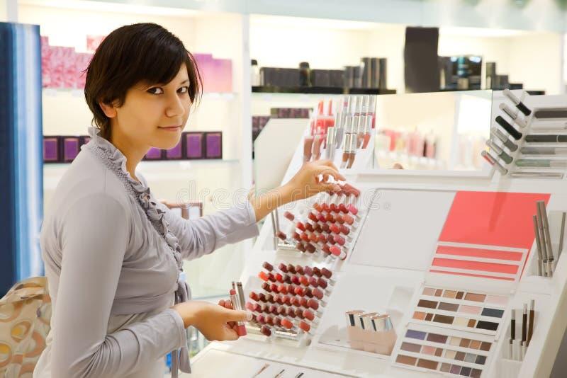 Het meisje koopt lippenstift royalty-vrije stock foto's