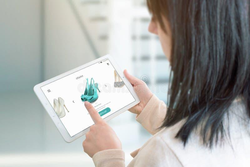 Het meisje koopt online schoenen Concept een online opslag, elektronische handel royalty-vrije stock foto's