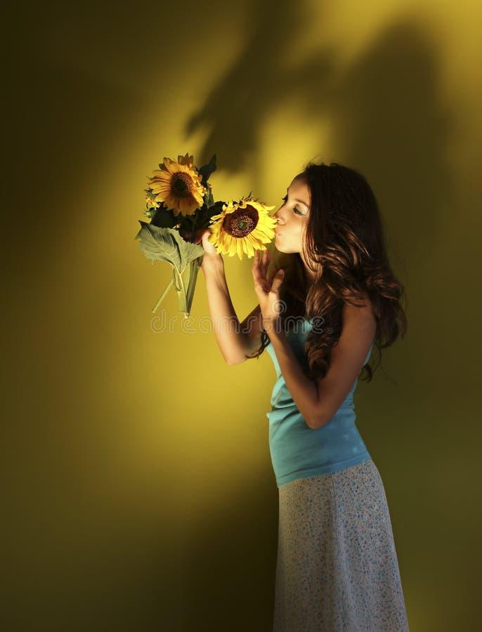 Het meisje kust de zonnebloem stock foto's