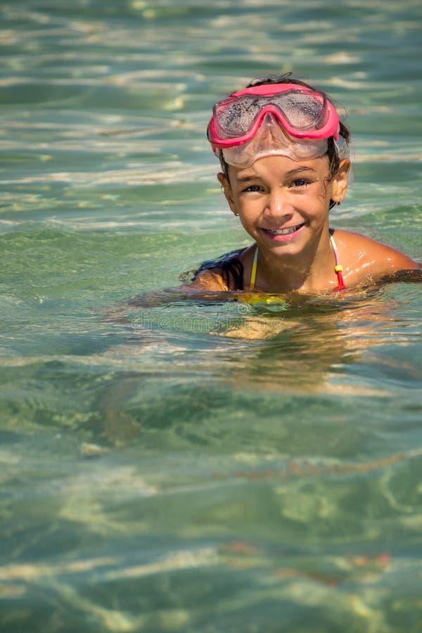 Het meisje kwam uit het water in een masker voor gelukkig duiken te voorschijn royalty-vrije stock fotografie