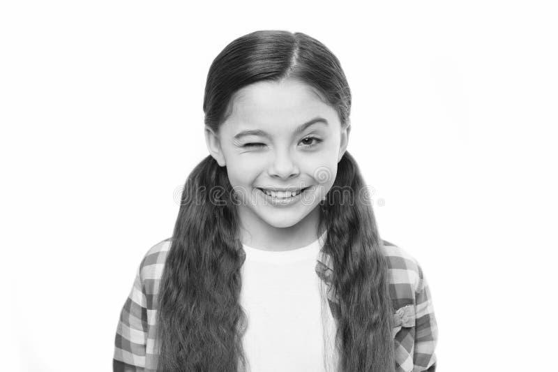 Het meisje kweekt lang haar Gezonde haarverzorginggewoonten Jong geitje gelukkig het glimlachen vrolijk gezicht met aanbiddelijk  royalty-vrije stock afbeelding