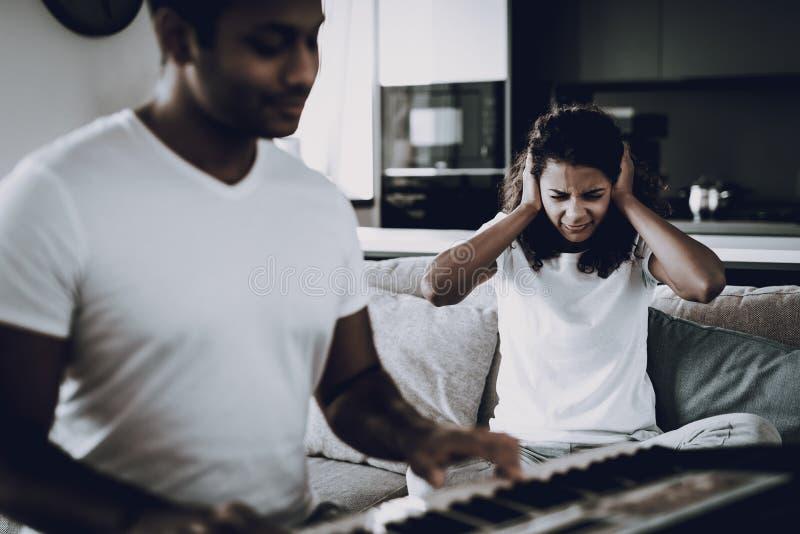 Het meisje kwetst van het Spel van de Vriend` s Synthesizer stock foto